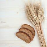 麦子的土气面包和耳朵 免版税库存图片