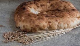 麦子耳朵和皮塔饼面包与麦子五谷在粗麻布说谎 免版税库存图片