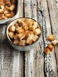 从麦子面包的薄脆饼干在碗 图库摄影