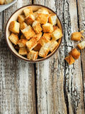 从麦子面包的薄脆饼干在碗 免版税库存照片