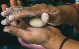 麦子面团在印度妇女的手上 库存照片