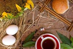 麦子,茶,杯子,向日葵的耳朵 免版税库存照片