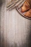 麦子黑麦耳朵的构成在木板滚动黄铜盘子 库存照片