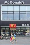 麦当劳出口在北京市中心,中国 免版税库存照片