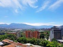 麦德林的令人惊讶的全景或风景在哥伦比亚,有skybuildings和公园的 免版税库存图片