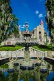 麦德林,哥伦比亚2017年10月19日:关闭在美丽的哥特式中世纪城堡前面的美丽的喷泉 免版税库存图片