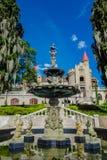 麦德林,哥伦比亚2017年10月19日:关闭在美丽的哥特式中世纪城堡前面的美丽的喷泉 免版税库存照片