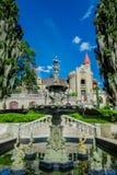 麦德林,哥伦比亚2017年10月19日:关闭在美丽的哥特式中世纪城堡前面的美丽的喷泉 库存照片