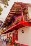 麦德林,哥伦比亚- 2017年12月19日:接近一家美丽的餐馆的未认出的人在Pueblito Paisa 免版税库存图片