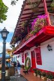 麦德林,哥伦比亚- 2017年12月19日:接近一家美丽的餐馆的未认出的人在Pueblito Paisa 免版税图库摄影