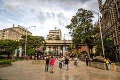 麦德林,哥伦比亚- 2013年9月20日-走在街市麦德林附近的当地人民在哥伦比亚,南美 库存图片