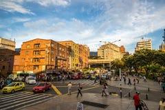 麦德林,哥伦比亚- 2013年9月20日-走在街市麦德林附近的当地人民在哥伦比亚,南美 免版税库存图片