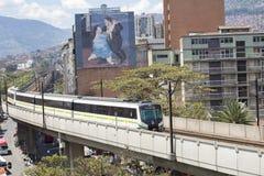 麦德林,安蒂奥基亚省/哥伦比亚- 2017年8月03日 地铁公交在城市 库存图片