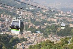 麦德林,安蒂奥基亚省/哥伦比亚- 2017年2月02日 新的缆绳有1,402米的长度,有44间客舱并且有3个驻地: 库存图片