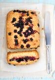 麦片粥、桔子和无核小葡萄干大面包 库存照片