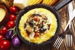 麦片粥烘烤与菜和乳酪 免版税库存照片