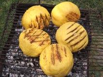 麦片粥球用在格栅的绵羊乳酪 免版税库存照片