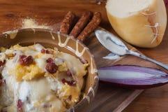 麦片粥用乳酪和香肠 免版税图库摄影