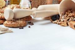 麦甜饼和新鲜面包在桌上 免版税图库摄影