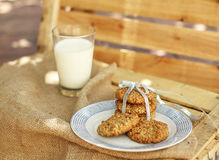 麦甜饼和牛奶在土气背景 免版税库存照片