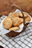 麦甜饼用在一个篮子的杏仁在木背景 免版税库存照片