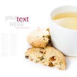 麦甜饼用葡萄干和杯子在白色backg的绿茶 免版税图库摄影