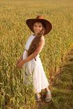 麦田的一个女孩在牛仔帽 图库摄影