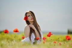 麦田的美丽的女孩在春天 免版税库存图片
