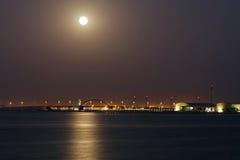 麦纳麦, BAHRAIN-JUNE 23 :Shaikh哈利法桥梁美丽的景色在超级月出期间的2013年6月23日在麦纳麦,巴林 免版税库存图片