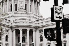 麦迪逊与一个方式标志的国会大厦大厦 免版税库存照片
