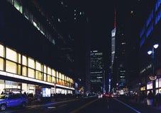麦迪逊大道曼哈顿,纽约在夜之前 免版税库存照片