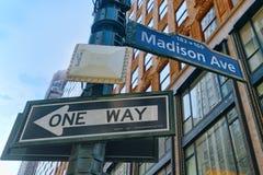 麦迪逊大道路牌标识牌和都市都市风景  库存图片