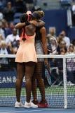 麦迪逊钥匙R在她的胜利以后祝贺美国公开赛2017冠军斯龙斯蒂芬斯在美国公开赛2017妇女` s决赛 免版税库存图片
