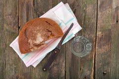 黑麦面包和杯水 免版税库存照片