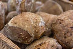 黑麦面包在篮子滚动 库存照片