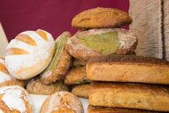 黑麦面包新近地被烘烤的传统大面包在摊位的 库存图片