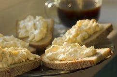 黑麦面包用乳酪和大蒜开胃菜和咖啡 免版税库存照片