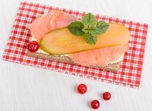 黑麦面包用黄油,三文鱼和酱瓜 免版税库存照片