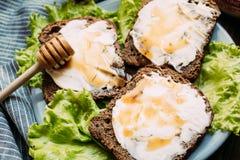 从黑麦面包,软干酪,新鲜的沙拉的三明治 免版税库存照片
