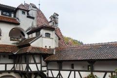 麸皮城堡-剧烈, 14世纪城堡、前皇家住所&计数在B的德雷库拉启发涉嫌的传奇的片段  免版税库存图片
