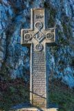 麸皮,罗马尼亚- 2016年11月19日:与宗教标志的中世纪石十字架在对麸皮或德雷库拉的入口 免版税库存图片