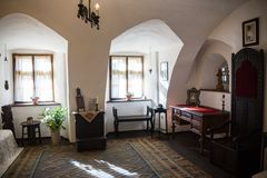 麸皮,罗马尼亚- 2016年11月19日:德雷库拉城堡内部  它是在与德雷库拉连接的几个地点中 免版税库存照片