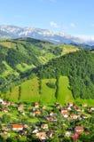麸皮bucegi moeciu山罗马尼亚村庄 免版税库存图片