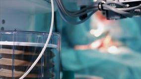 麻醉机器通风设备和病人监护仪接近的看法在手术室里面 股票录像