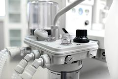 麻醉的机器和耐心监控系统麻醉工作站有透气呼吸的 库存照片