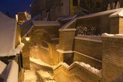 黄昏中世纪锡比乌雪城镇冬天 免版税库存照片