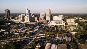 黄昏光击中罗利, NC大厦和风景  免版税库存图片