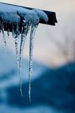 黄昏冰柱屋顶 库存照片