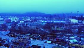 黄昏在北镇 在城市的烟雾 免版税库存图片