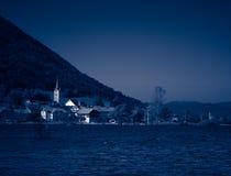 黄昏在村庄附近的洪水湖 图库摄影